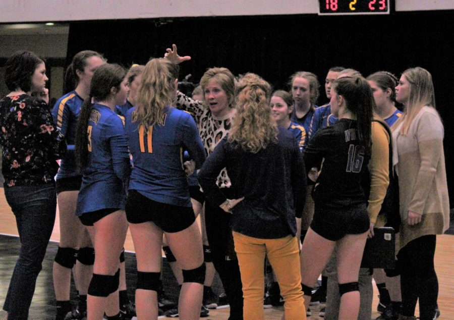 Coach+Grunder+talking+to+her+team+at+State+Volleyball+2019
